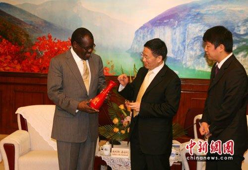 重庆市副市长周慕冰(右二)代表重庆政府向肯尼亚驻华大使朱利斯•桑古利(左)赠送漆器花瓶。作 者:孟幻