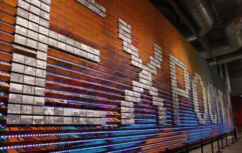 上海馆征集1.5万张影像 5000三棱镜滚动展示