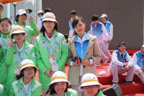教师身份明星气质 世博美女志愿者微笑出发