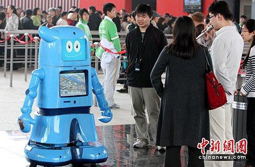 """海宝机器人亮相世博园区与游客""""对话""""(图)"""