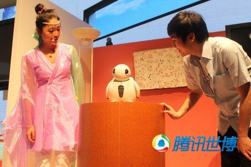 5000名游客有幸观看日本馆机器人表演(组图)