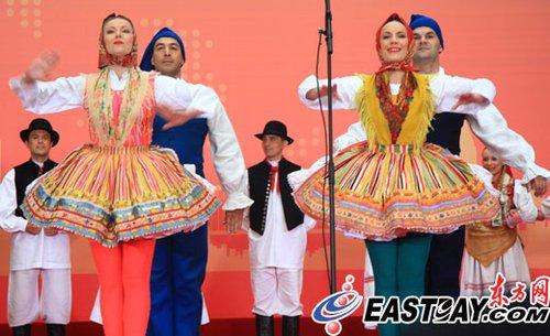 身穿民族服饰的LADO歌舞团在现场进行表演