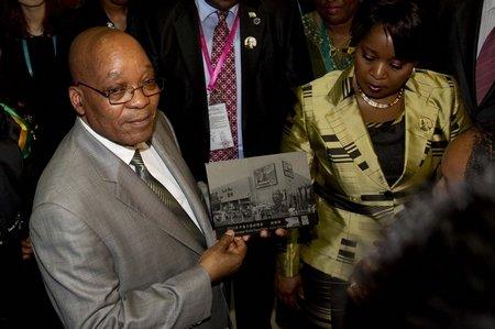 南非总统祖马来世博园 饶有兴趣逛南非馆(图)