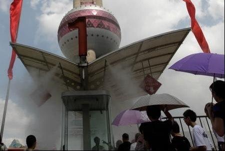 东方明珠启用喷雾降温设施 排队通道装160个喷头