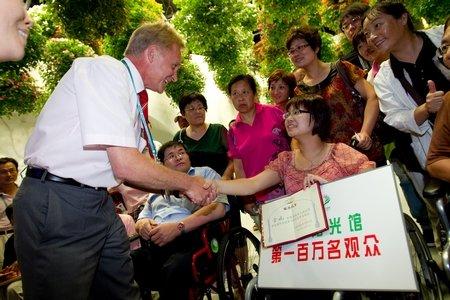 生命阳光馆第100万名观众获赠轮椅(图)