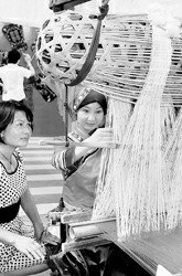 广西周欢腾中开幕邀游客跳竹竿舞 品侗族茶道