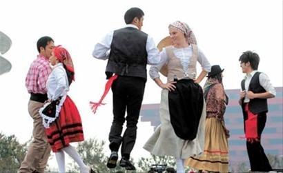 图文:《澳门欢迎你》举行 土风舞独具特色
