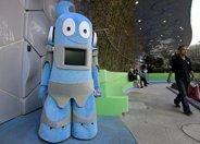 亮相浦西园区的机器人海宝可以握手与游客互动