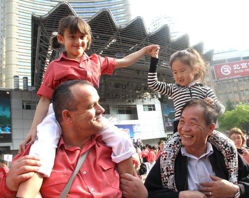 叠人塔表演华丽亮相 中西小孩南京路上拉小手