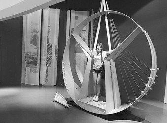 立陶宛馆不锈钢雕塑《我能够》展现均衡之美
