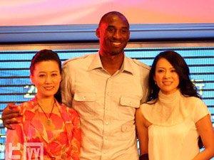 科比・布莱恩特(中)在黄浦江游轮上与世博会志愿者宣传大使谭晶(左)、章子怡在一起。