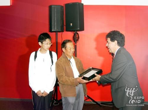 美国馆迎第700万名游客 杭州祖孙俩收获幸运