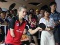 高清:波兰独臂美女运动员与小朋友比拼乒乓球