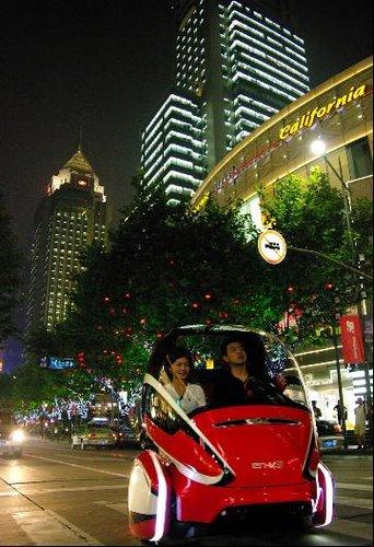 汽车馆概念车驶上上海最繁华商业街 淮海路图片