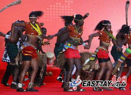 乌干达馆日秀城市化理念 土风舞诠释非洲热情