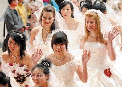 新人扎堆赶结世博婚 上海五一婚礼突破3万对