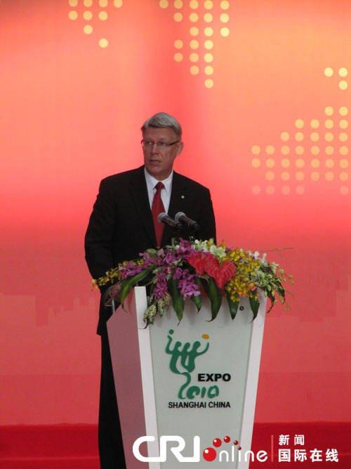 拉脱维亚总统瓦尔迪斯·扎特列尔斯称赞上海世博会的规模之宏大、影响力之广泛、组织之井然有序,超乎世人想象。摄影:刘轶瑶