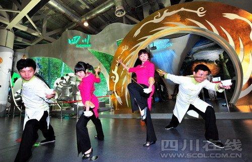 图文:金花丝熊猫芙蓉座盘在四川馆呈现