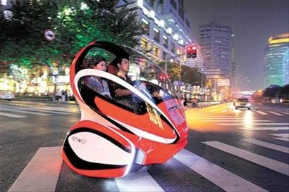 汽车馆新能源概念车驶进淮海路 市民热闹围观