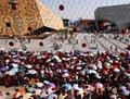 高清:上海持续高温 世博馆前游客撑伞排队