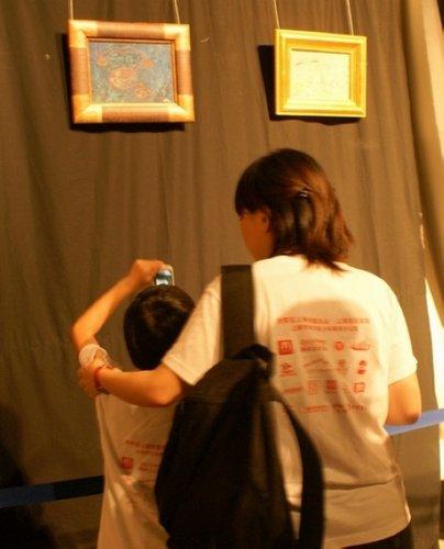 50名孤儿游世博日本馆 志愿者相伴左右