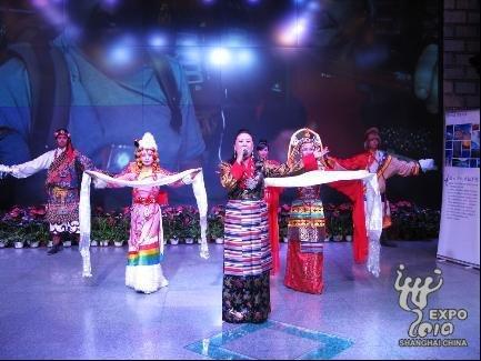 西藏馆推广拉萨旅游 免费发放千份宣传资料