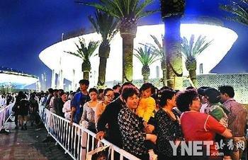 夜票首日的总销量不过1万张 热门展馆仍排队