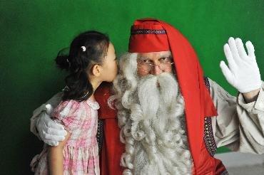圣诞老人造访芬兰馆 带来童话世界拉普兰问候