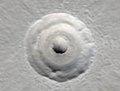 组图:美公布最新火星照片 陨石坑溪谷如浮雕