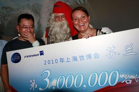 芬兰馆迎来第300万名游客 圣诞老人送机票
