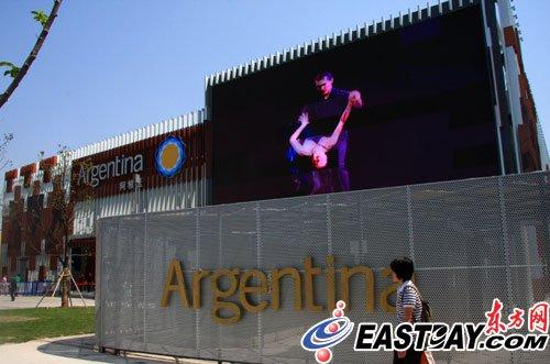 阿根廷馆:斯科拉6月3日教小孩打篮球(图)