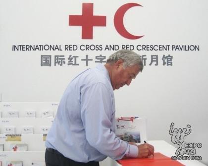 美国游客成红十字与红新月馆第70万名参观者