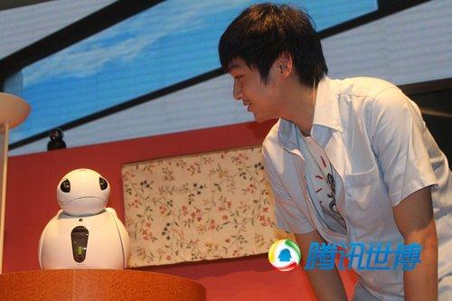 日本馆上演机器人秀 观众体验人机对话(组图)