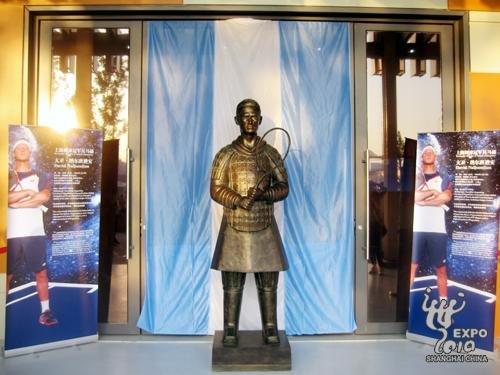 纳尔班迪安变身兵马俑 阿根廷馆为雕像揭幕