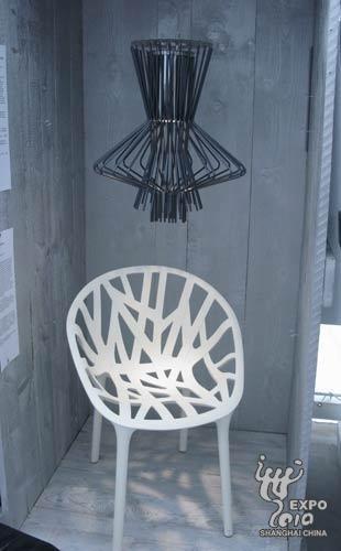 设计灵感来自钟琴的优雅灯具以及可堆叠的塑料座椅