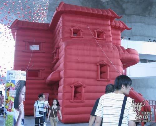 """""""容器""""是一个外观呈红色的充气""""城堡"""""""