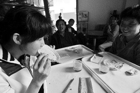 世博会零碳馆游客:筷子比盘子更好吃一点