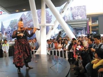 新西兰小提琴家重返世博园 带来新专辑