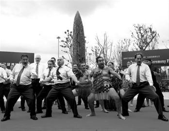 新西兰馆独木舟安家宝山 毛利部长西装跳战舞