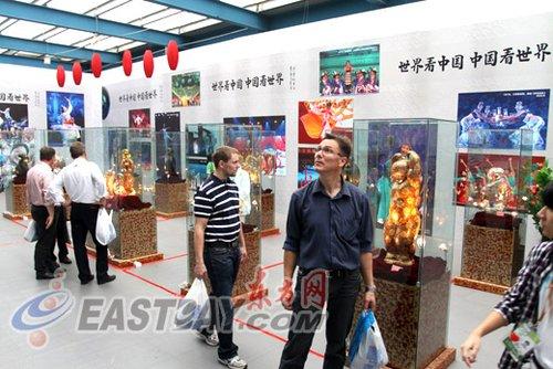 宝钢舞台办国庆特别展 老外情迷中国元素(图)
