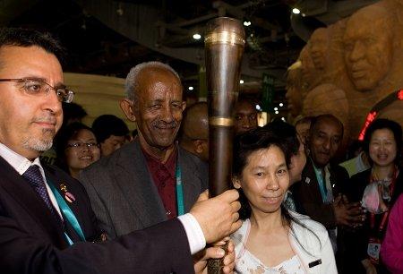 非洲联合馆:退休女工和馆长权杖合影
