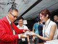 高清:李敖参观世博会中国馆 品西湖龙井