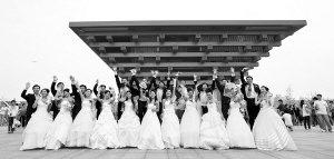 来自某建设公司的11对新人在中国馆前拍照留念。 早报世博记者 刘行喆 图
