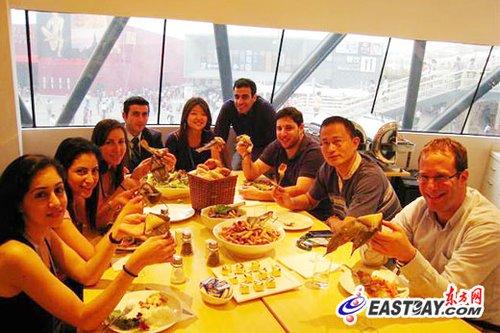 以色列馆员工入乡随俗吃粽子庆端午(图文)