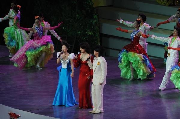 图文:开幕式现场演员深情演绎《相约上海》