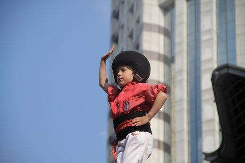 7层叠人塔惊艳亮相南京路 塔顶小演员年仅5岁