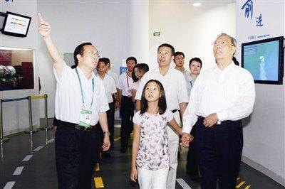 曾培炎盛赞中国航空馆 关心民用飞机发展情况