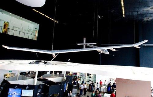 全球首架昼夜飞行太阳能飞机亮相欧盟馆(图)