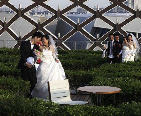 34对新人昨在世博园举行法国图尔浪漫婚典
