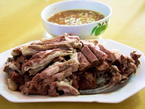 蒙古民族用炒米奶茶手扒肉款待座上宾客